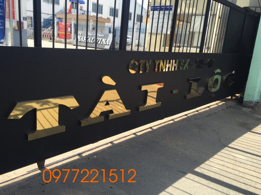 Làm bảng hiệu công ty bằng chữ inox gắn lên cửa cổng công ty tại Quận 9 TPHCM.
