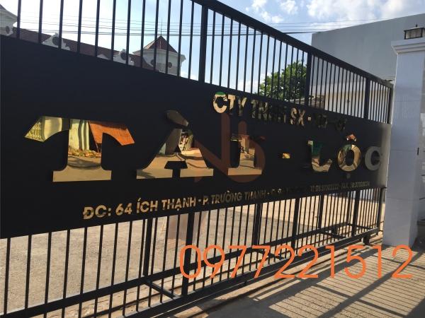 Bảng hiệu công ty chữ inox gắn trước cổng văn phòng Công Ty Tài Lộc