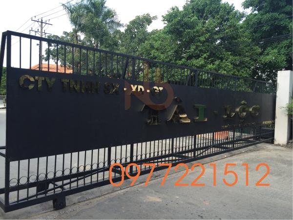 Bảng hiệu công ty chữ inox gắn trước cổng khu 2 Công Ty Tài Lộc