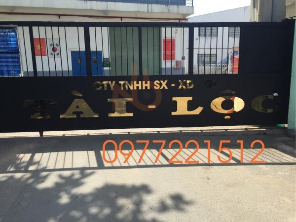 Bảng hiệu công ty chữ inox gắn trước cổng sau khu 1 Công Ty Tài Lộc