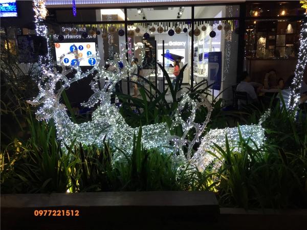 Tiểu cảnh tuần lộc quấn led trang trí quán cà phê tại Quận 1