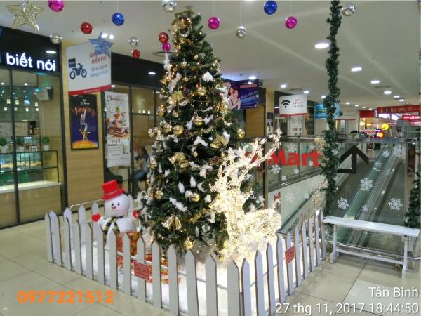 Tuần lộc quấn led trang trí noel tại Lotte-Mart-Tan-Binh